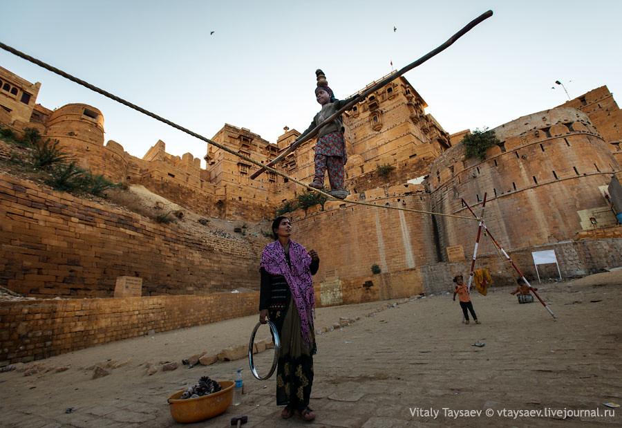 Young (7 y.o.) finambulist near Jaisalmer fort