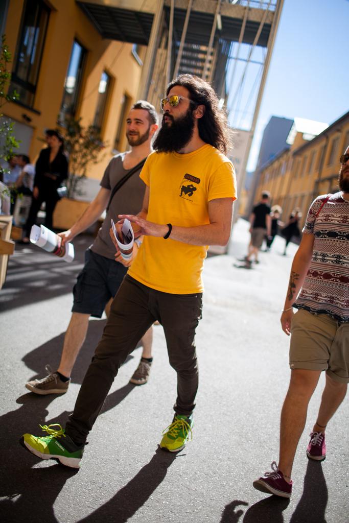 黄色Tシャツ×カーキパンツ×Diadoraスニーカー