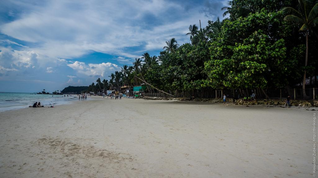 Белоснежный песок на пляже острова Боракай