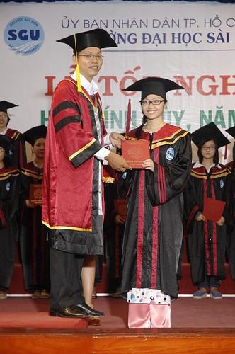 Tiến sĩ Nguyễn Anh Hiền - Phó khoa TCKT trao bằng tốt nghiệp đại học - Copy