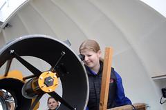 jasmin-guckt durch das-teleskop