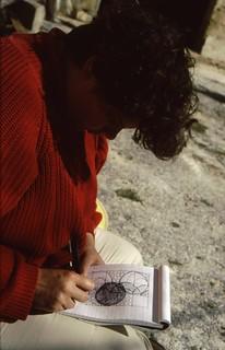 Esther tekent plan voor tuin {1998}