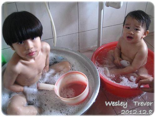 121208-鄉下孩子的澡盆,一大一小剛剛好
