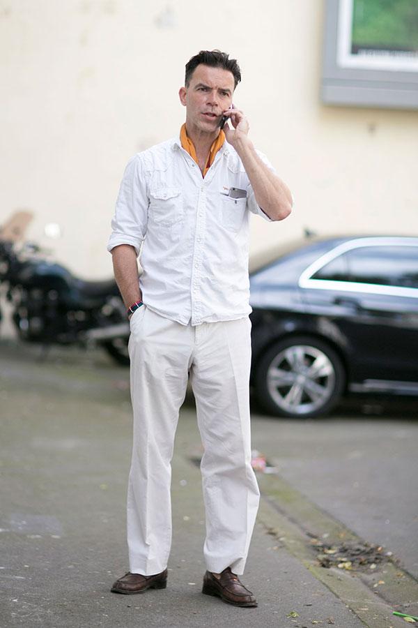 白ウエスタンシャツ×白パンツ×ブラウンコインローファー