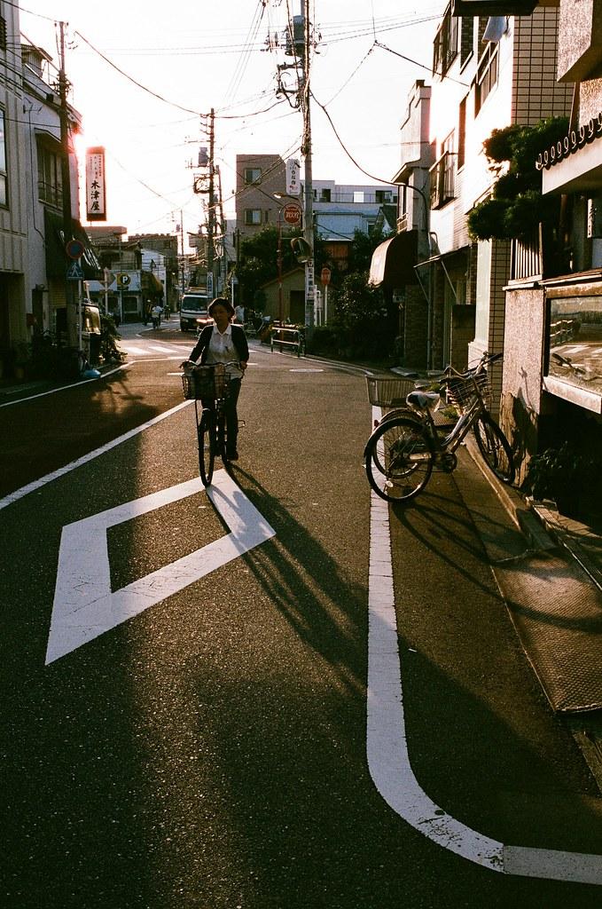 荒川東尾久 Tokyo, Japan / AGFA VISTAPlus / Nikon FM2 行李放好後,我就帶著相機在住的地方走走,其實是想看看這附近的生活機能、超商、超級市場之類的。  其實我很害怕逛超市,因為還是會想起那時候和妳一起逛的畫面。我什麼也沒辦法阻止這樣的畫面湧進我的腦海了,反正一定會伴隨著難過、痛苦、哭泣。  久了就習慣了,大概站個幾分鐘等畫面與情緒恢復,就繼續的往前走。  那時候商店街的廣播竟然在放《君がくれた夏》家入レオ,我的 iPod 裡有這首,那時候從福岡、熊本、長崎、大阪、京都,一路聽到東京。  好吧,就是歌詞所提到的,也是我的困惑。  Nikon FM2 Nikon AI AF Nikkor 35mm F/2D AGFA VISTAPlus ISO400 0994-0023 2015/09/30 Photo by Toomore