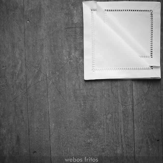 Cómo presentar los cubiertos con una servilleta - Paso 5