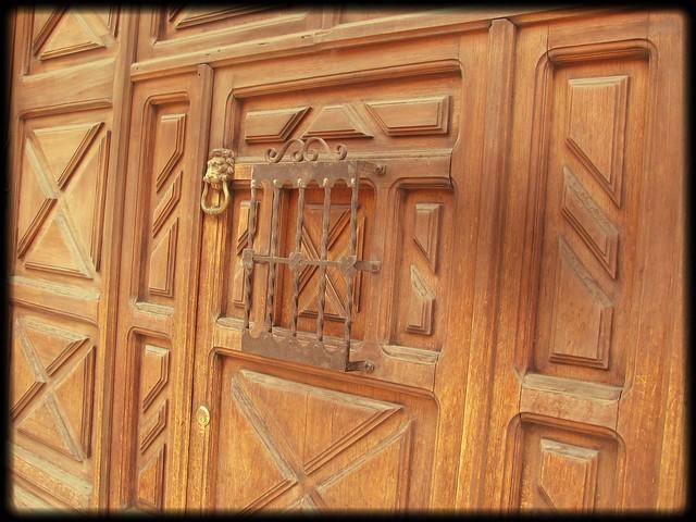 Puertas de casas de antigua guatemala conservan detalles for Puertas coloniales antiguas