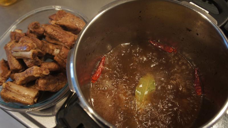30分ほどで肉を引き上げて煮詰める