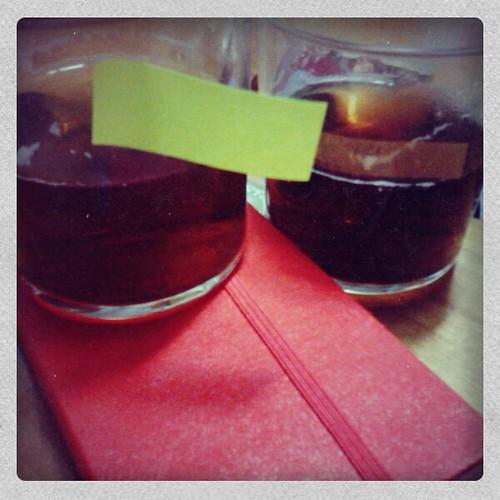 Los tés con la libreta usada para tomar nota de las catas