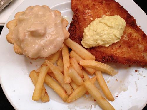 Tartelet, fiskefilet og pommes frites