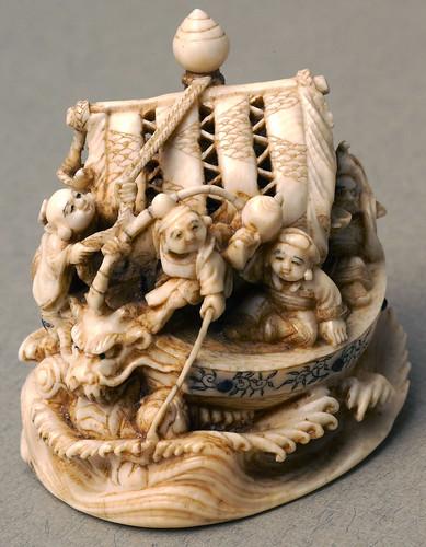 007- Marfil-Los marineros representan los Siete Dioses de la Buena Fortuna-Bolton Museum and Archive Service