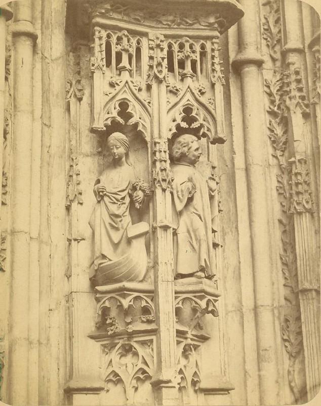 Detalle de la Puerta de los Leones de la Catedral de Toledo hacia 1875. Fotografía de Casiano Alguacil © Museo del Traje. Centro de Investigación del Patrimonio Etnológico. Ministerio de Educación, Cultura y Deporte