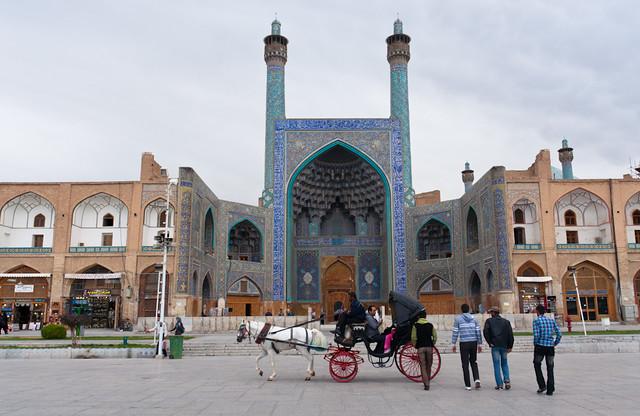Carruaje ante la mezquita del Emir