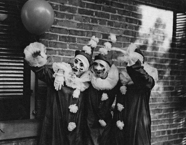 Mardi_Gras_Clowns_in_New_Orleans_Louisiana_in_1936