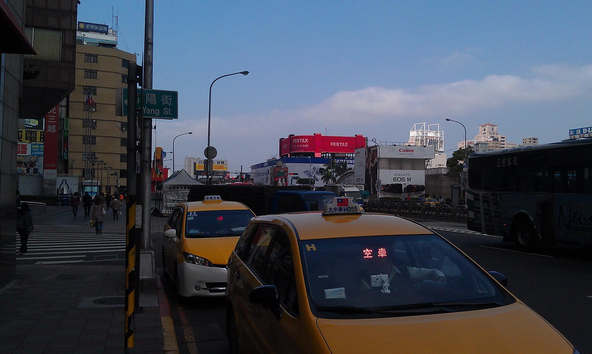 【驚鴻一瞥】台北車站前的PENTAX大型廣告 (增加照片)
