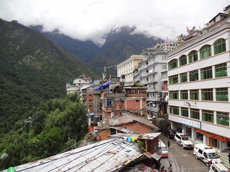 Vista sobre a vila de Zangmu no Tibete