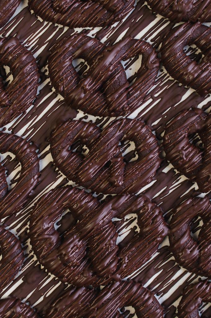 Chocolate Pretzels / Schokoladen-Brezeln