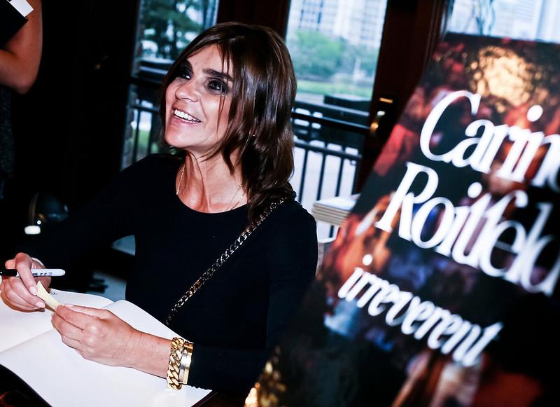 Carine no lançamento do seu livro na livraria da Vila em São Paulo