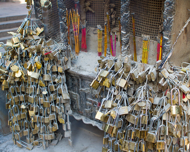 """鼎香鎖愛情"" (鼎香锁爱情 Ding, Incense, Locks and Love) / 山東省泰山 Mount Tai, Shandong Province 山东省泰山 / 中國旅遊 中国旅游 China Tourism / SML.20121011.7D.09499"