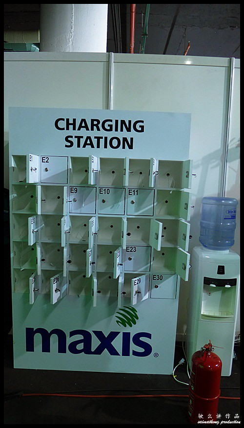 Don't worry about your phone running low batt, there's plenty of charging station here prepared specially for you while waiting for the launch! #maxis5