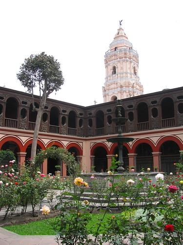 Interior y campanario del Templo Santo Domingo