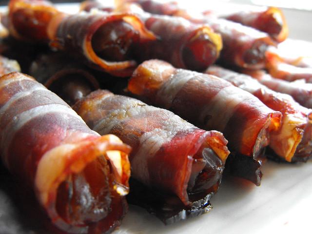 Tâmaras com bacon