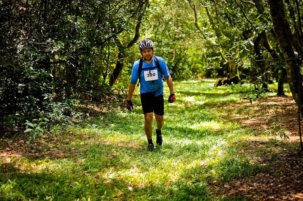 """Un corredor de la categoría """"trek"""" salía del puesto de control 4 para dirigirse al siguiente, colina arriba. (Elton Núñez)"""