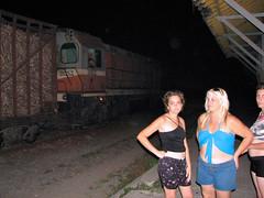Regresando tarde en la noche a la casa por la línea del tren. Esperando que el tren lleno de caña de azúcar pase.