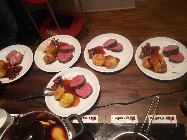 Nussklöße Glühweinschalotten & in Glühwein pochiertes Rinderfilet zur @blogrebellen Kochshow