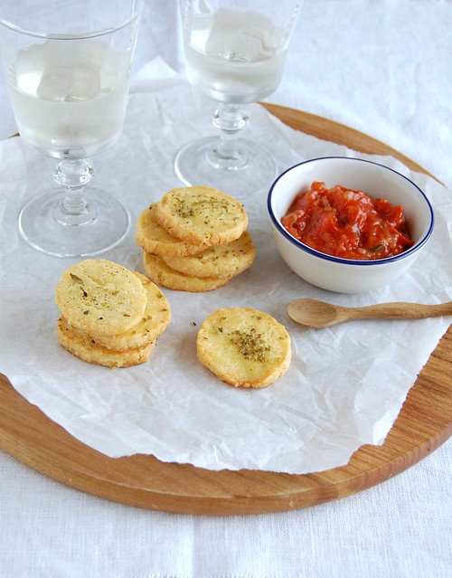 Cheese and oregano sablés / Sablés de queijo e orégano