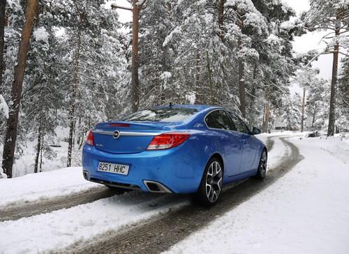 Opel en un tramo con nieve