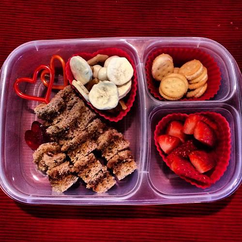 Valentine's Day lunch #easylunchboxes #funbites #simplysweetscakestudio #kidslunch #whatsforlunch #valentinesday