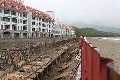 美麗灣破壞沙灘建造水泥堤岸泳池。圖片提供:黃苑蓉