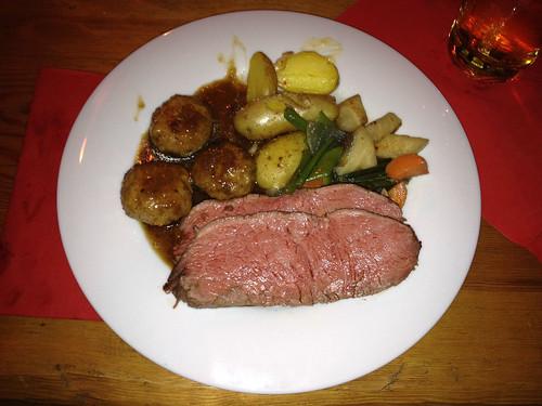 Lende vom Almochsen, Kiperlkartoffeln auf Bergsalz, Schuhbecks Ofengemüse & Kalbsfleischpflanzerl mit Schalottensauce