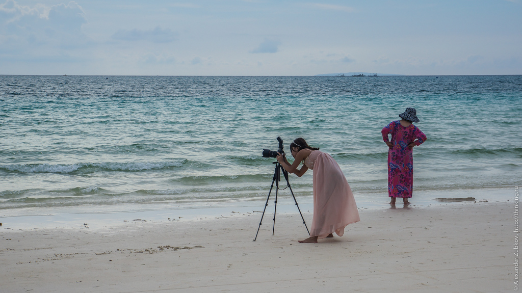 Девушка с большим фотоаппаратом на Боракае