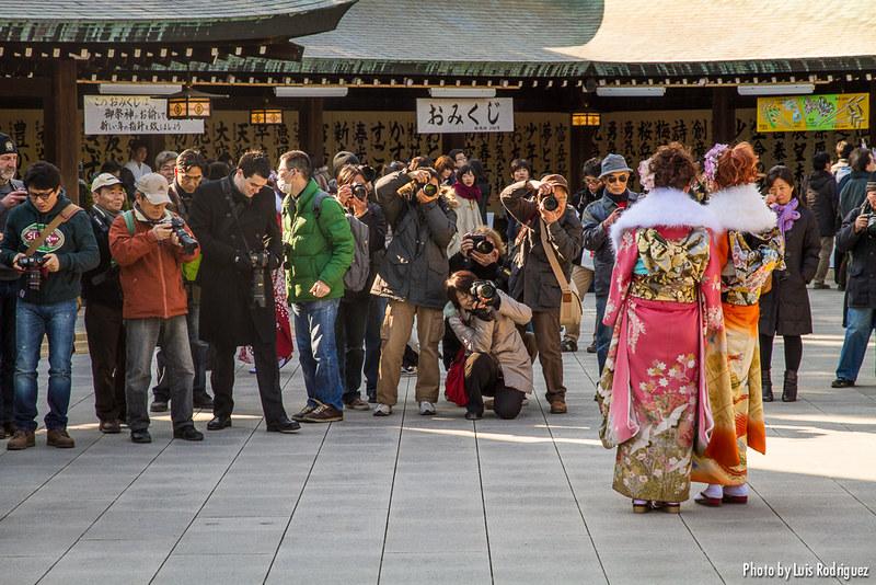 Jóvenes en kimono en el santuario Meiji el día del Seijin no hi