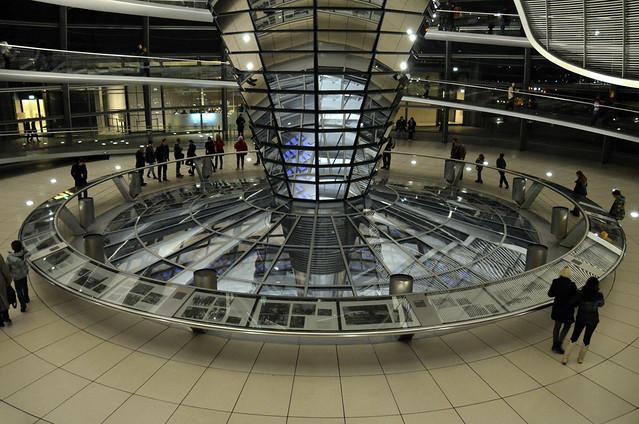 El Bundestag aleman visto desde abajo
