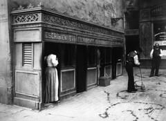 Crèdit foto: Ballell, Frederic/Arxiu Fotogràfic de Barcelona: A causa de l'analfabetisme, diverses generacions de barcelonins acudien a l'escribent per redactar una carta d'amor o qualsevol document.