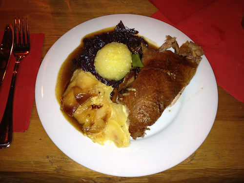 Gebratene Bauernente mit Gewürzblaukraut, Kartoffelknödel & Kartoffelgratin / Baked farmer duck, red cabbage, dumpling & potato gratin