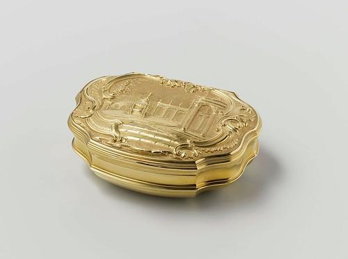 010- Caja de tabaco de oro, adornada con motivos representando una fuente en un jardín, Saint Jean 1739- Rijksmuseum