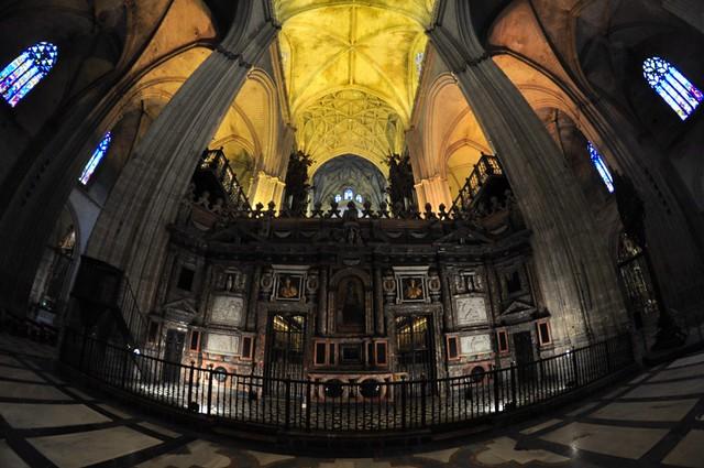Interior de la catedral con detalles de altar mayor. Catedral de Sevilla, sepulcro de la historia de américa - 8323092200 9b6aa0f314 z - Catedral de Sevilla, sepulcro de la historia de américa