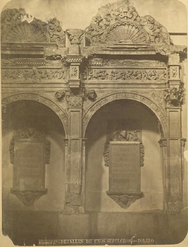Dos sepulcros en Toledo hacia 1875. Fotografía de Casiano Alguacil © Museo del Traje. Centro de Investigación del Patrimonio Etnológico. Ministerio de Educación, Cultura y Deporte