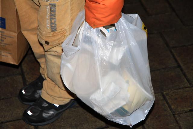2013台北市跨年晚會-民眾提走垃圾但未減量-1-201301010009-賴鵬智攝