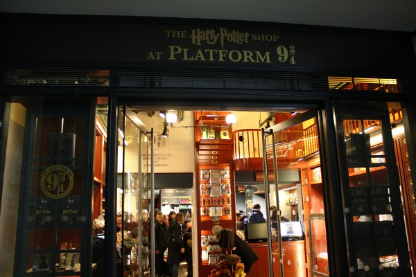 Harry-Potter-Platform-9-shop-Kings-Cross-Station-London-2-600x400