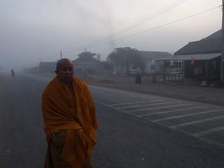 朝霧の中を歩くお坊さん