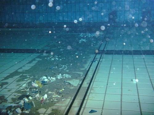 Vuil ophoping heeft invloed op de kwaliteit van het zwemwater