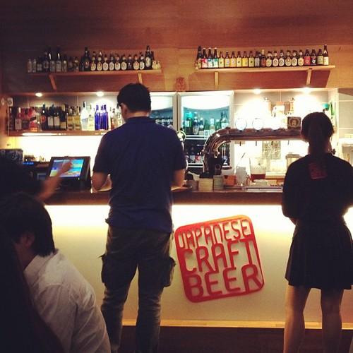 奥にずらりと並んだ日本のクラフトビールのボトル!