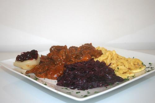 52 - Wildschweingulasch mit Rotkraut und Spätzle / Wild board goulash with red cabbage & spaetzle - CloseUp