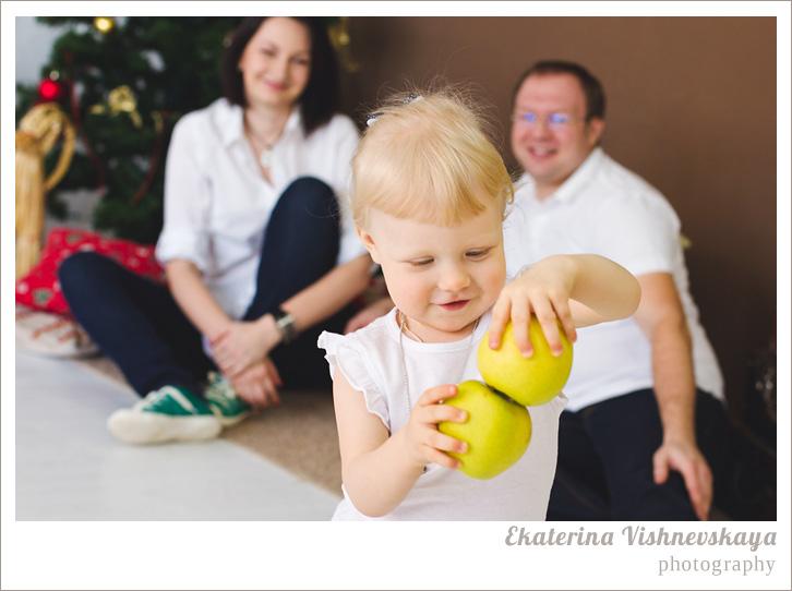 фотограф Екатерина Вишневская, хороший детский фотограф, семейный фотограф, домашняя съемка, студийная фотосессия, детская съемка, новогодняя съемка детей, малыш, ребенок, съемка детей, фотография ребёнка, девочка, счастье, семья, яблоко, рождество, фотограф москва
