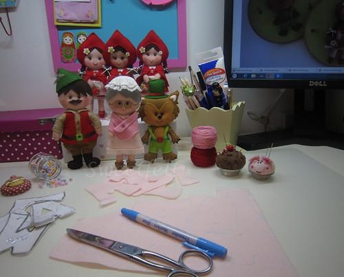♥♥♥ E por aqui muita diversão com mais um projecto Capuchinho Vermelho, desta vez com apontamentos em rosa para o quartinho duma menina. Adorei a avózinha toda rosinha, e vocês? by sweetfelt \ ideias em feltro